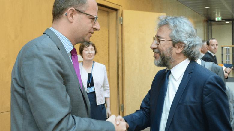 Michael Brand und Can Dündar (Foto: Deutscher Bundestag)