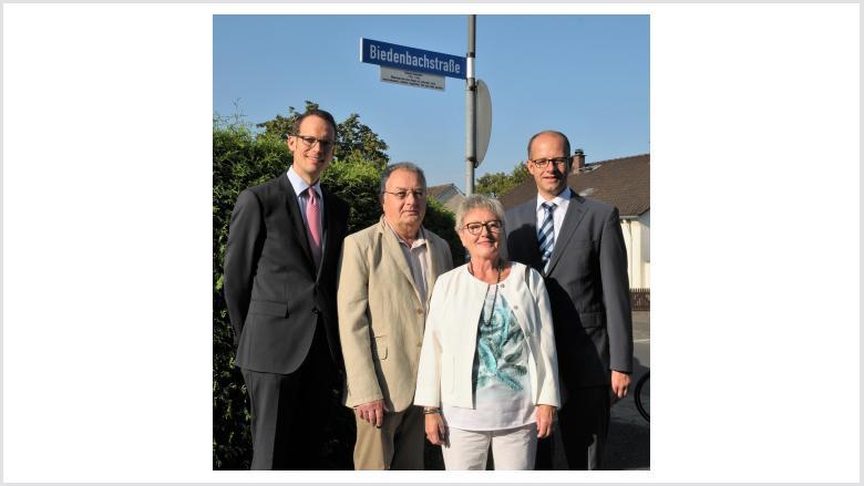Stadtbaurat Daniel Schreiner (li.) und Bundestagsabgeordneter Michael Brand (re.) mit dem Ehepaar Elvira und Lothar Bickert. Elvira Bickert ist die Tochter von Raimund Biedenbach.