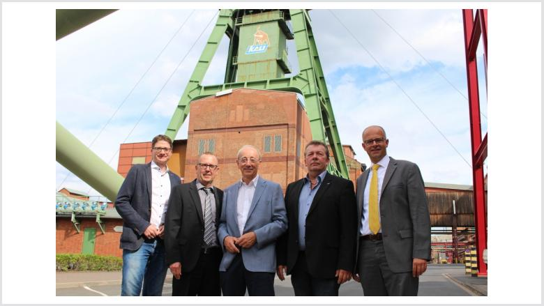 Michael Brand (von rechts), Gesamtbetriebsratsvorsitzender Harald Döll, MdB Helmut Heiderich, Werksleiter Christoph Wehner und CDU-Kreisvorsitzender Timo Lübeck am K+S-Standort Hattorf