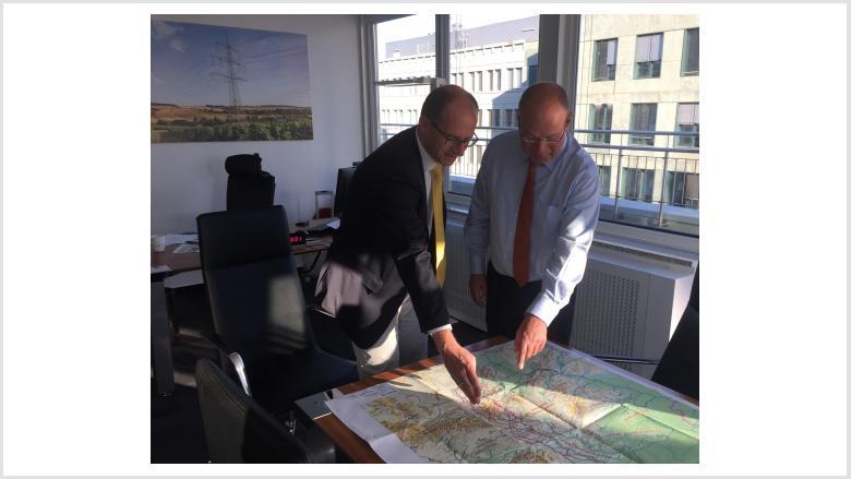 MdB Michael Brand wirbt heute bei der Vorstellung der Erdkabelkorridore in Berlin mit TenneT-Chef Lex Hartmann für die Ost-Variante durch Thüringen (rechts)