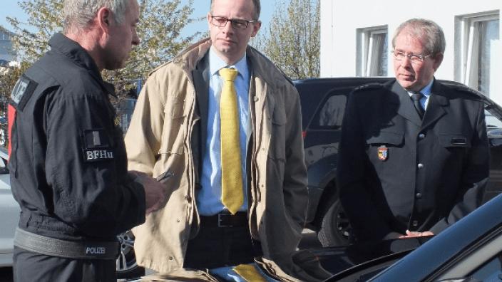 Michael Brand (Mitte) informiert sich bei der Bundespolizei in Hünfeld