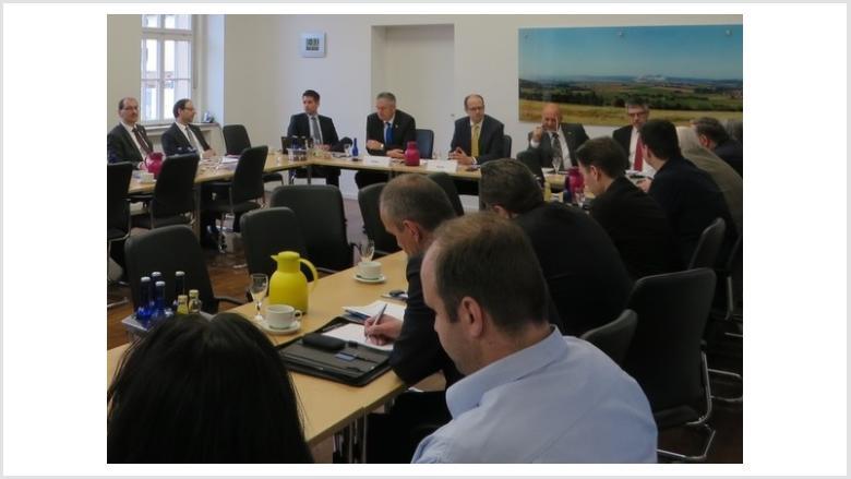 """Im März 2015 hatte Michael Brand zu einem """"Runden Tisch"""" ins Fuldaer Landratsamt geladen, rechts Breitband-Beauftragter Christof Erb"""