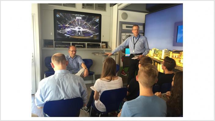 Michael Brand (links) heute im Gespräch mit einer Fuldaer Schulklasse im Infomobil des Deutschen Bundestages in Fulda