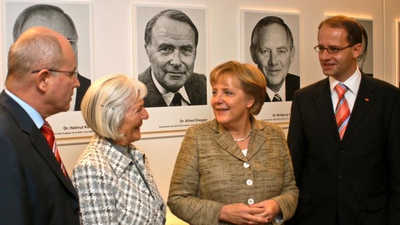 Vor dem Portrait von Alfred Dregger im Reichstagsgebäude (v.l.) Fraktionsvorsitzender Volker Kauder, Witwe Dagmar Dregger, Bundeskanzlerin Angela Merkel und Michael Brand, Dregger-Nachfolger im Wahlkreis Fulda